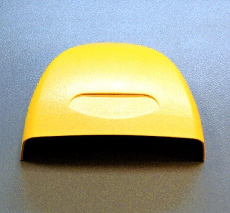 Žlutá plastová krytka přes baterie / ACE